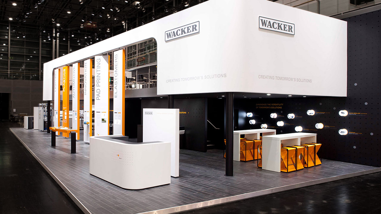gruene-design_messedesign_Eventdesign_wacker_chemie_messestand_als_Designer_bei_tisch13_01